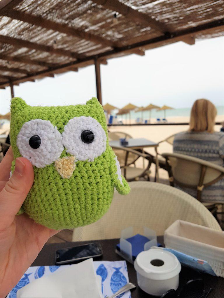 Eine gehäkelte Eule in einem Strandcafé.