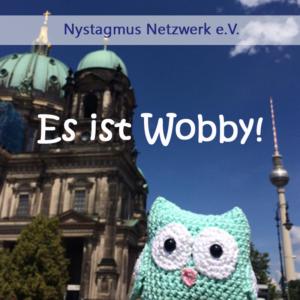 Auf dem Bild ist eine handgehäkelte Eule in Berlin zu sehen.