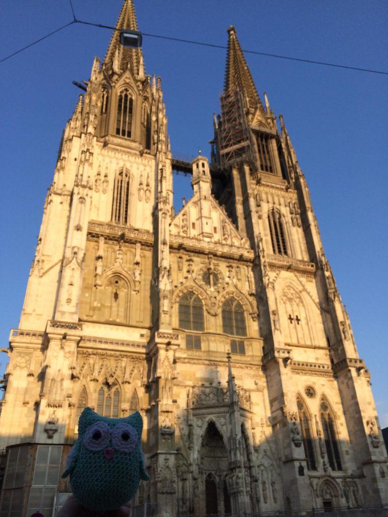 Wobby in Regensburg 2019, die Kathedrale im Hintergrund